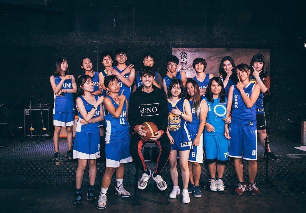 李玉璽(中)跟15位女球員錄製音樂實境秀「速爆搶聽會」。圖/KKBOX提供