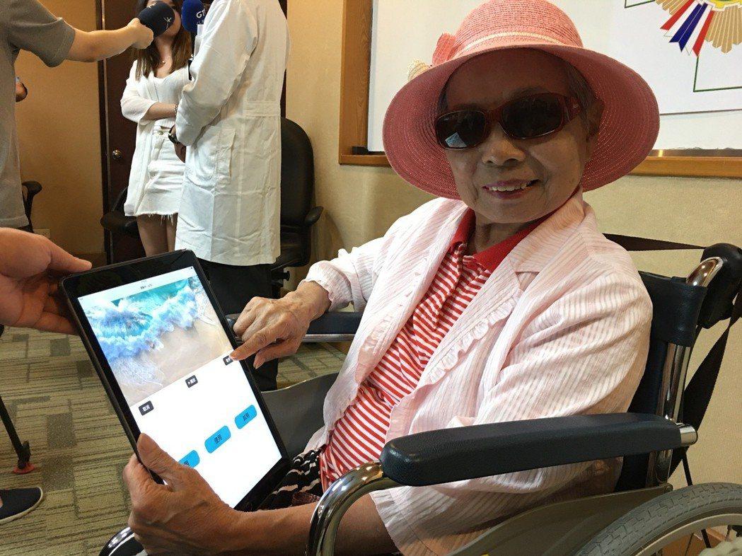 鍾奶奶是App的試用者之一,在聽能復健下,溝通能力愈來愈順暢。 記者鄧桂芬/攝影