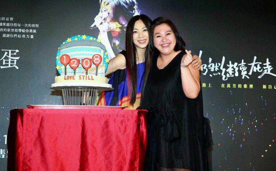 鍾欣凌(右)替好友萬芳提前慶祝51歲生日。圖/聯成娛樂提供
