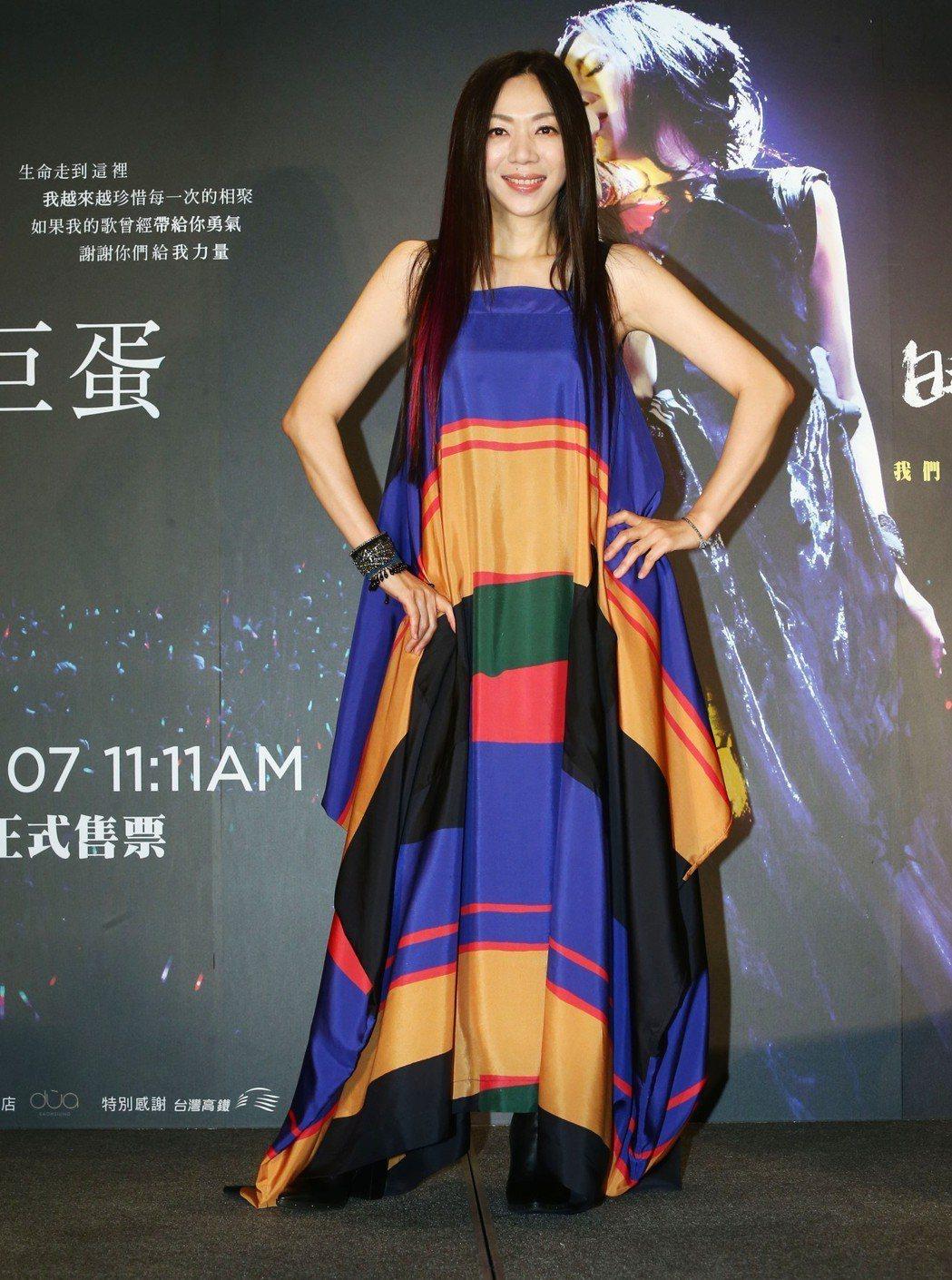 萬芳宣布12月8日唱進高雄巨蛋,舉辦「時間仍然繼續在走」演唱會。圖/聯成娛樂提供