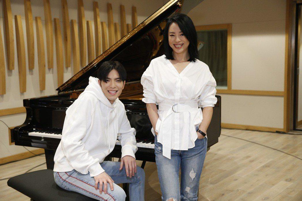 黃綺珊(右)邀請蕭敬騰合唱新歌「當我們在同一個世界」。圖/黃綺珊工作室提供