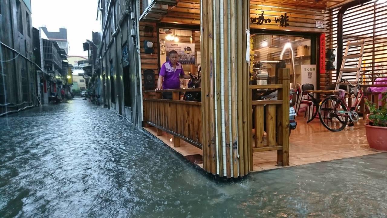 雨彈來襲,員林市西區街道淹水嚴重。照片/唐姓讀者提供