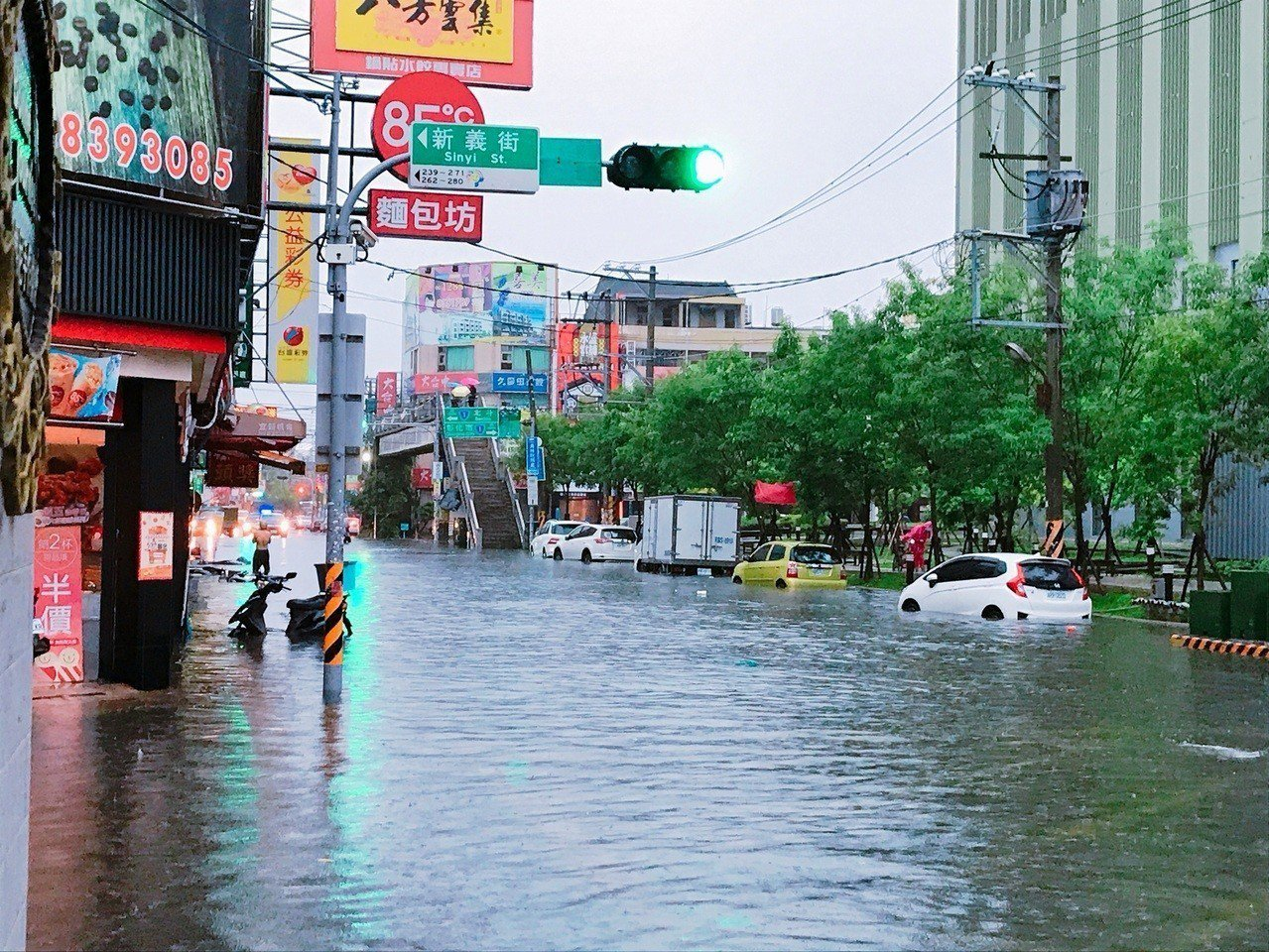雨彈來襲,員林市西區街道淹水嚴重。記者何烱榮/攝影