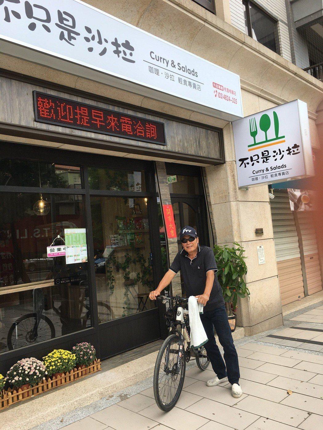 雷洪平常早晚都騎腳踏車上山,年過70年依然是尾活龍。圖/民視提供
