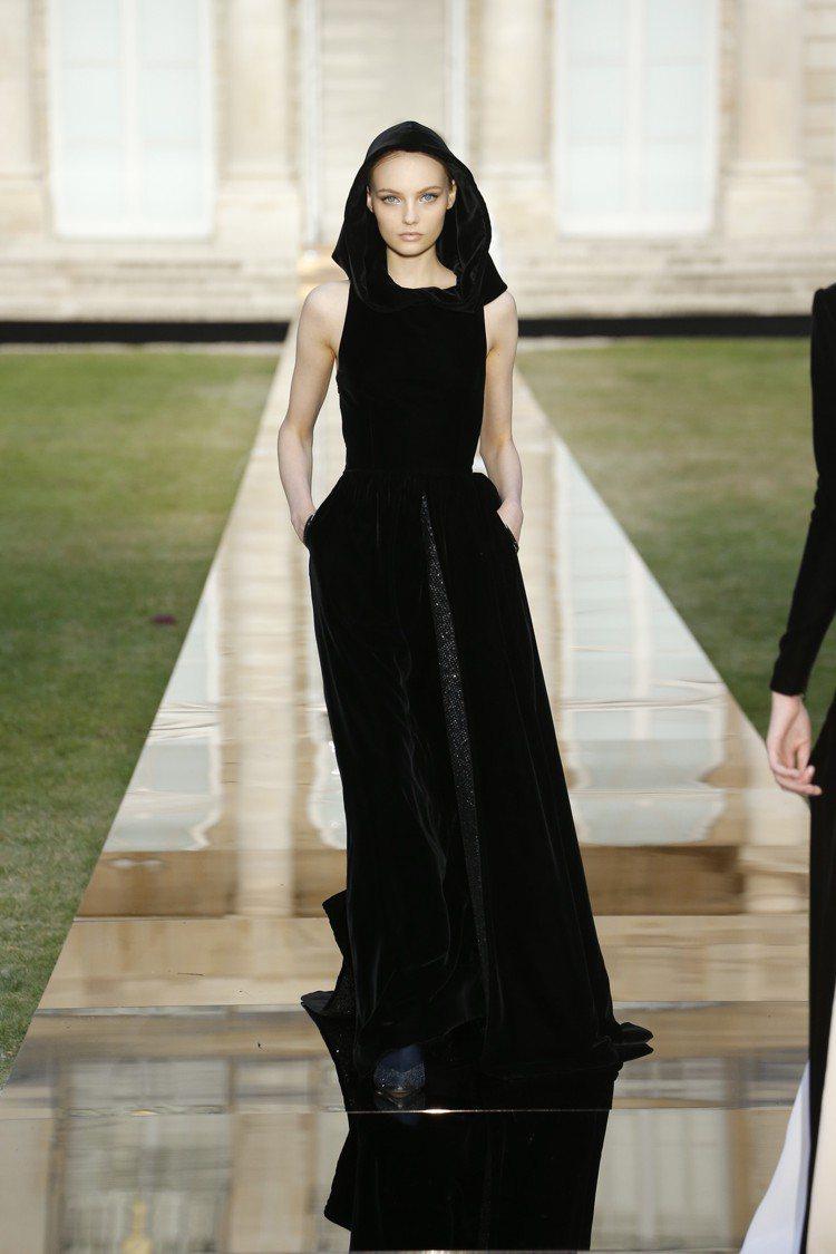 奧黛麗赫本在《蒂凡尼的早餐》所穿著的黑色禮服,創意總監 Clare Waight...