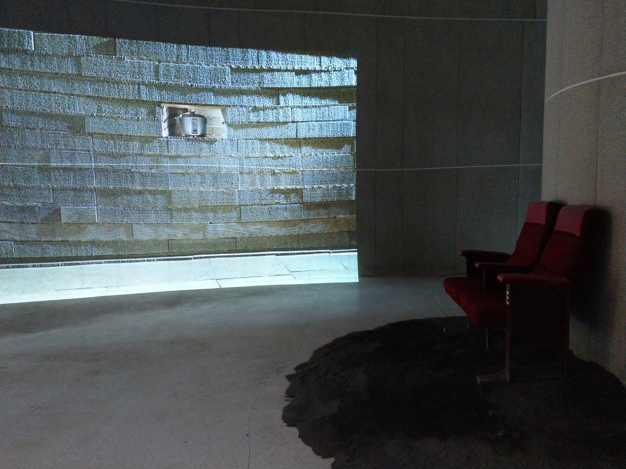 《行者.蔡明亮》展覽作品之一,牆面投影是一個沸騰的電鍋。 記者戴永華/攝影