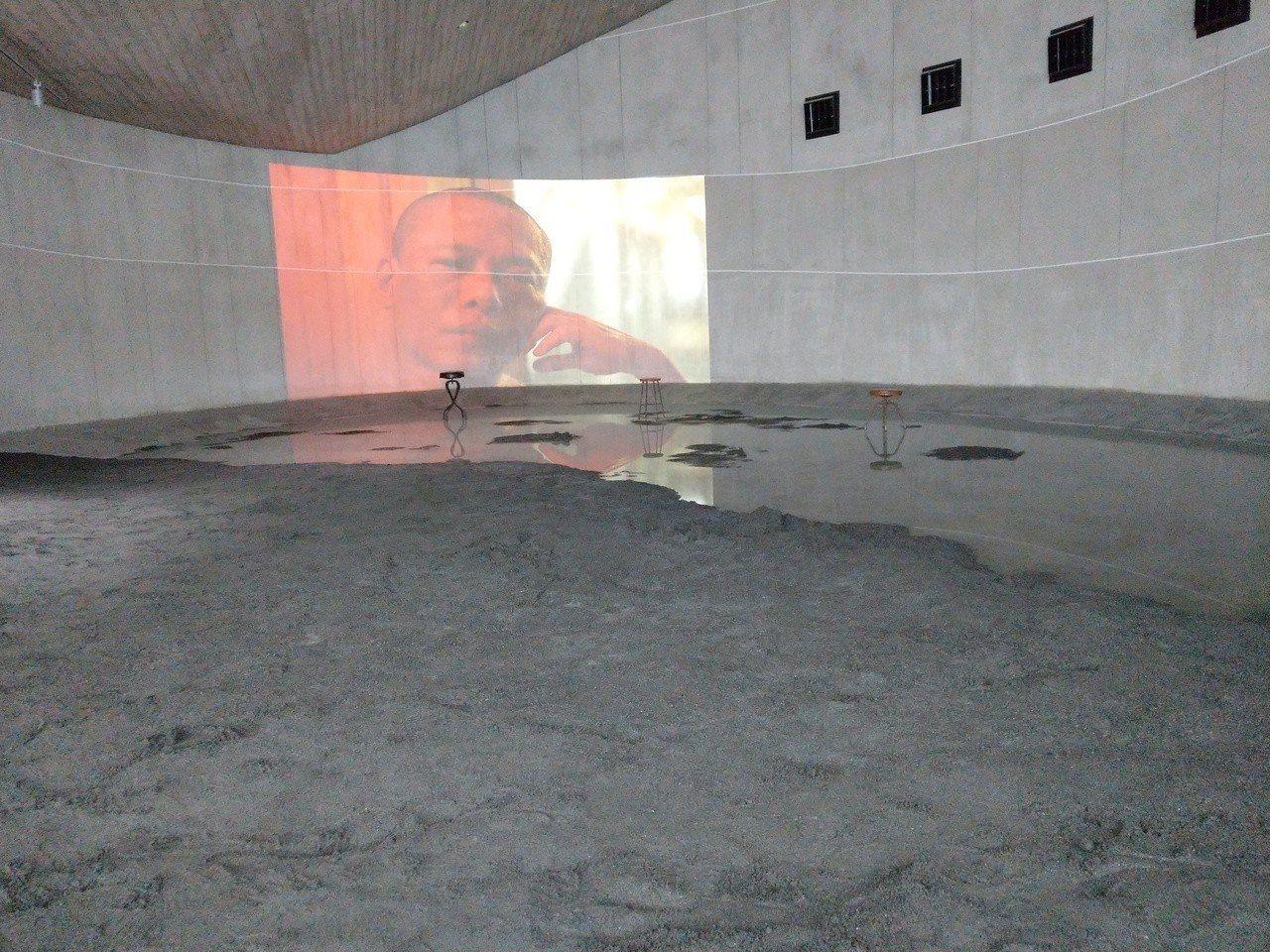 沙丘館室內沙灘的《行者.蔡明亮》影像,神祕幽靜。 記者戴永華/攝影
