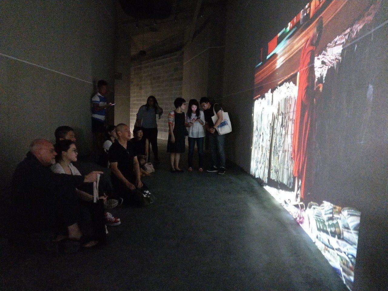 參加台北電影節的國際電影人坐在軟墊上,很放鬆的觀看《行者》系列影片。 記者戴永華...