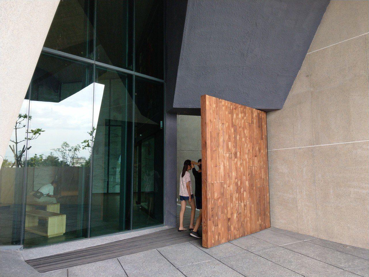 壯圍沙丘旅遊服務園區的主體建築,大門入口不明顯也沒有指標,遊客經常不得其門而入。...