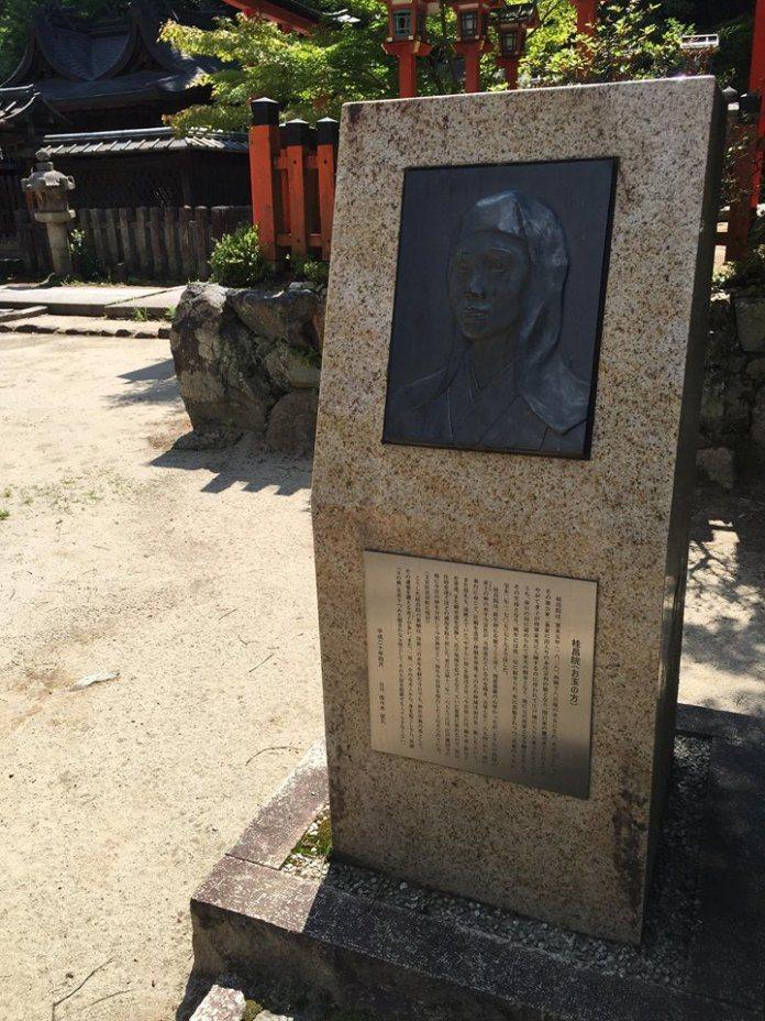 在今宮神社裡會看到桂昌院的碑文,寫著桂昌院的故事。 圖/背包客棧