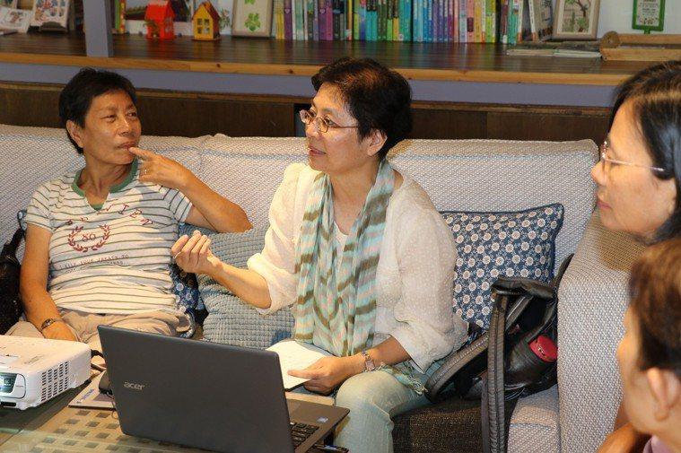 暖心咖啡站的講師巫瑩慧(中)聽取照顧者的心聲,並給予實務指導。記者王敏旭/攝影