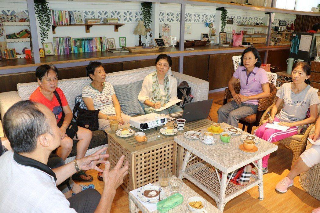 暖心咖啡站內的每位照顧者均有滿腹辛酸,藉由咖啡站彼此加油打氣。 記者王敏旭/攝影