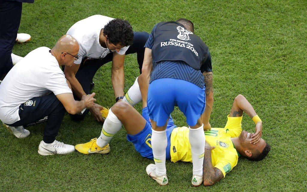 內馬爾被墨西哥踩了一腳,倒地過久被對手批評演太大是小丑。 美聯社