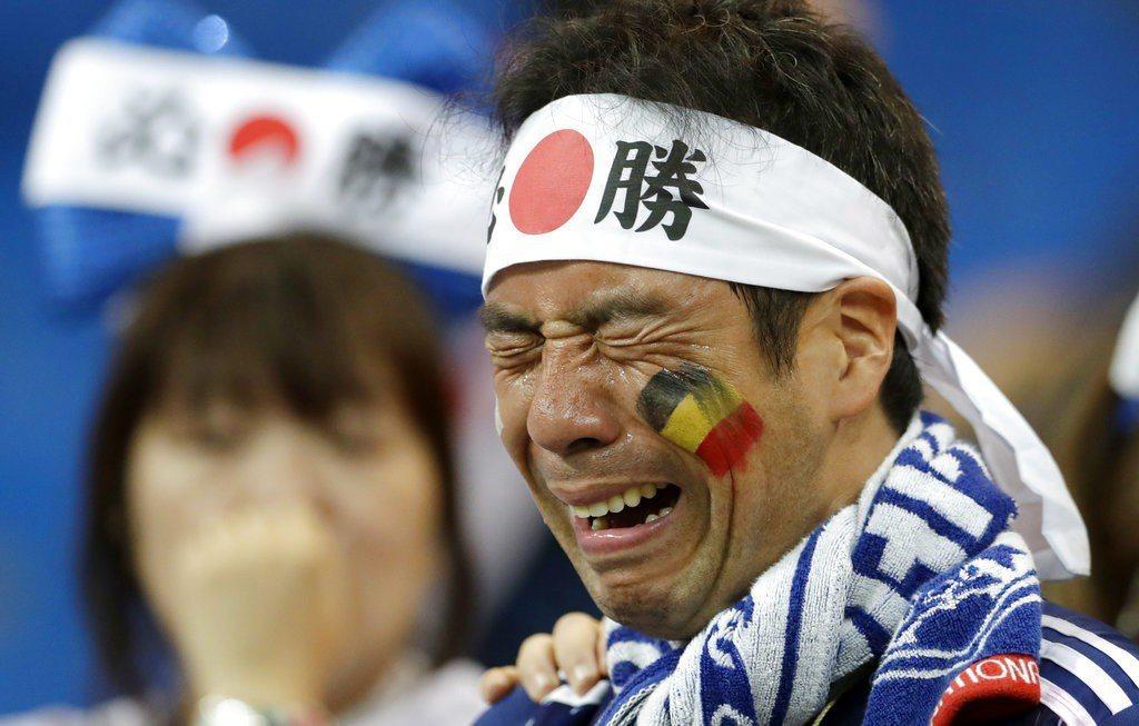 日本遭淘汰後,一位男球迷在場邊難過的哭出來。 美聯社