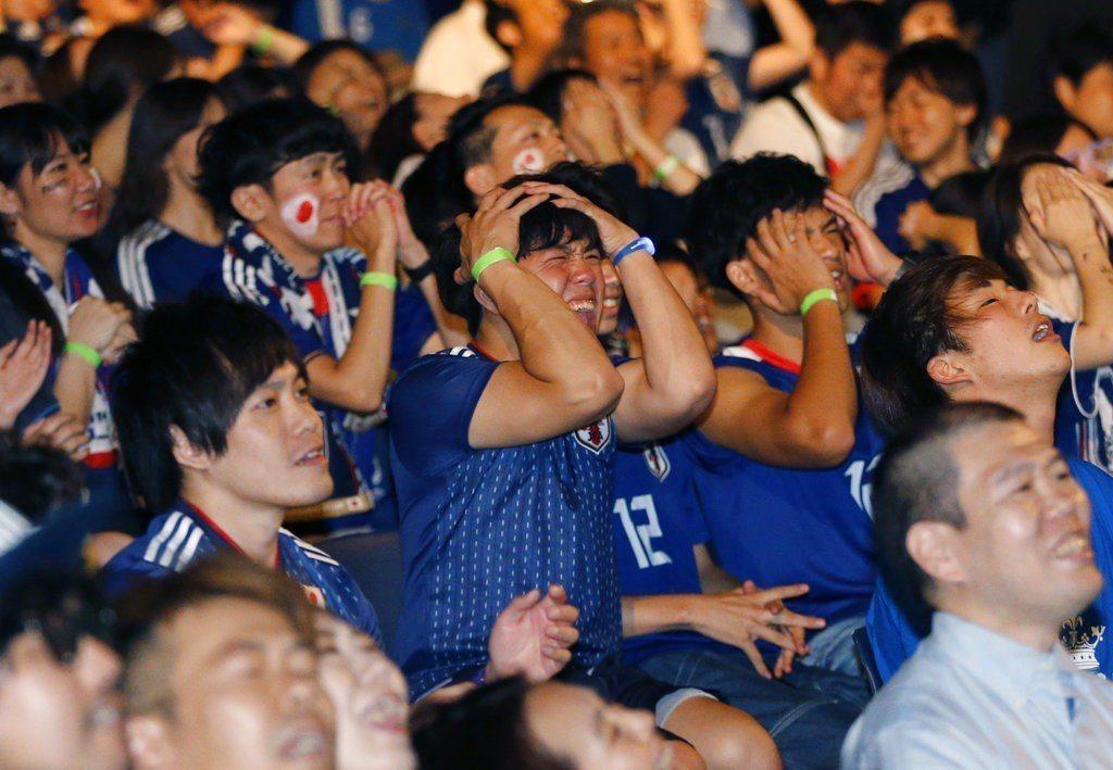 不少日本球迷以為國家隊將會踢出歷史,卻在最後一刻崩盤。 美聯社