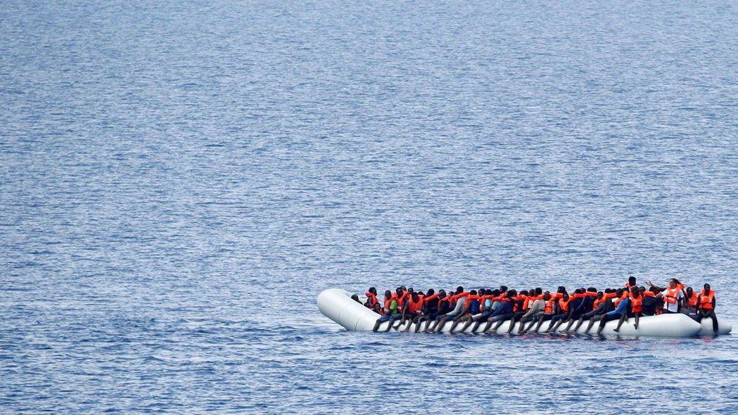 大批移民不畏艱難橫渡地中海,卻被歐洲多國當成人球互踢。 (路透)