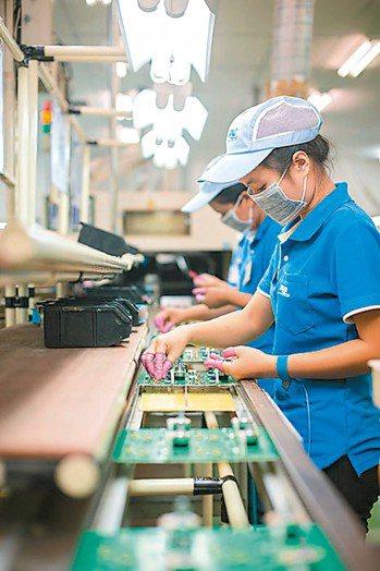 組裝廠生產線不受被動元件供應吃緊而停擺。圖為組裝廠生產線狀況。 本報系資料庫