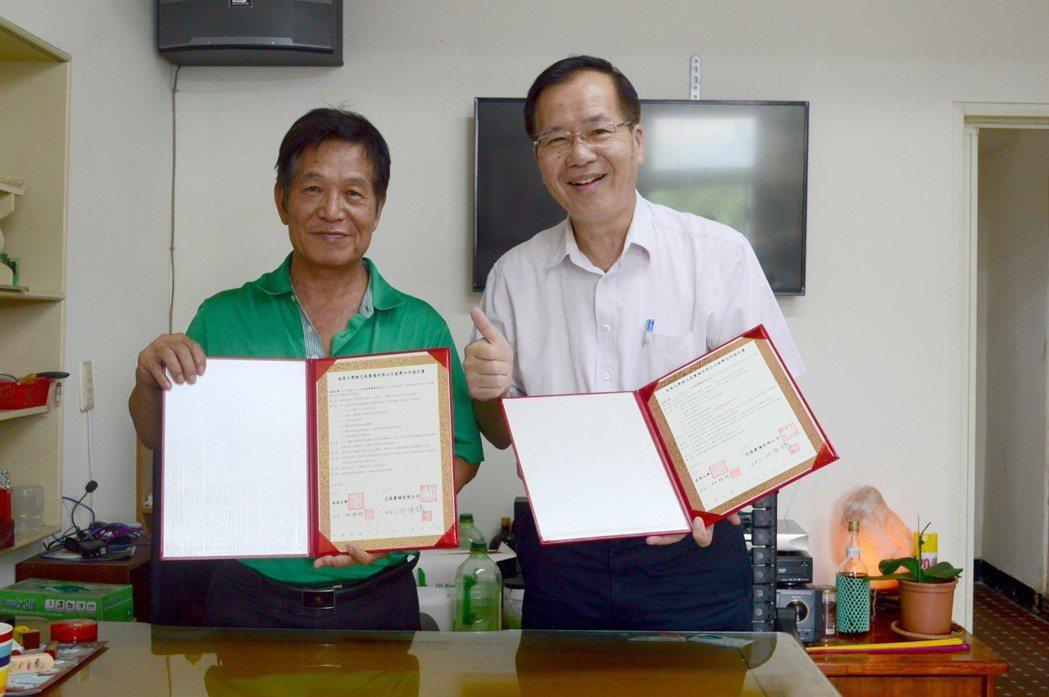南華大學深耕在地與艾森農場交流,林辰璋副校長與艾森農場邱先生簽訂產學合作。 南華...