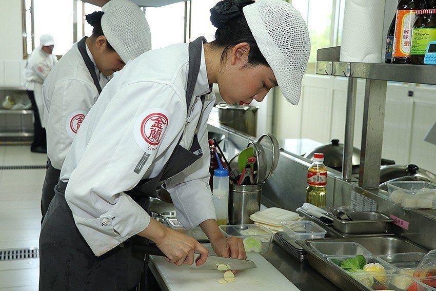 金蘭盃國際廚藝賽,連韓國、泰國也來參賽交流,現場選手聚精會神展現廚藝實力。 金蘭...