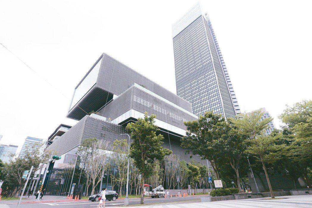 商仲調查,台北市辦公室空置率來到十年新低,預料商辦租金轉為有感上漲。南山廣場近期...