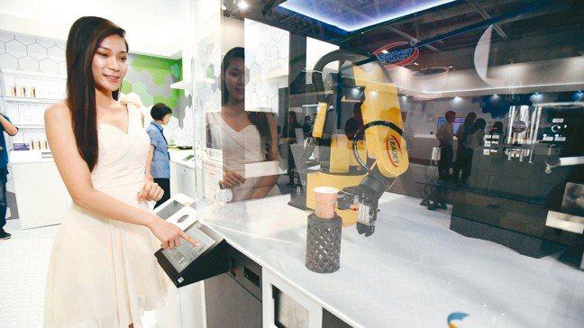 勵德智慧機器人自動咖啡販賣機運用工研院研發的機器人大腦MIO(Motion In...