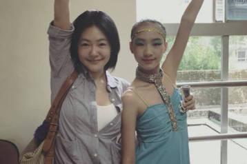 小S的大女兒近來參加舞蹈比賽獲得冠軍,讓小S為女兒感到驕傲,不過大S說了一句話,卻讓她想要飛踢對方,還想要與大S比賽單挑。小S 2日在臉書上分享去觀賞大女兒許俏妞參加舞蹈比賽的照片,只見已經12歲的...