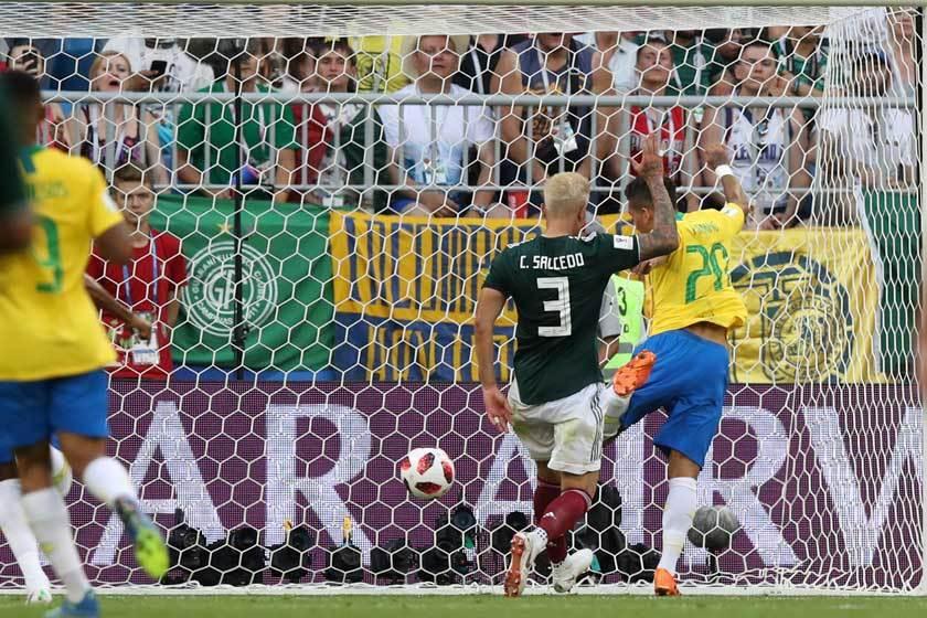 墨西哥的防守在右半邊又漏人了,被剛換上場的菲爾米諾(右)抓到破網的好機會。 美聯...