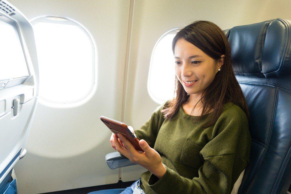 「航空漫遊」上網吃到飽每天只要$388,飛機上網嘛欸通。台灣之星/提供