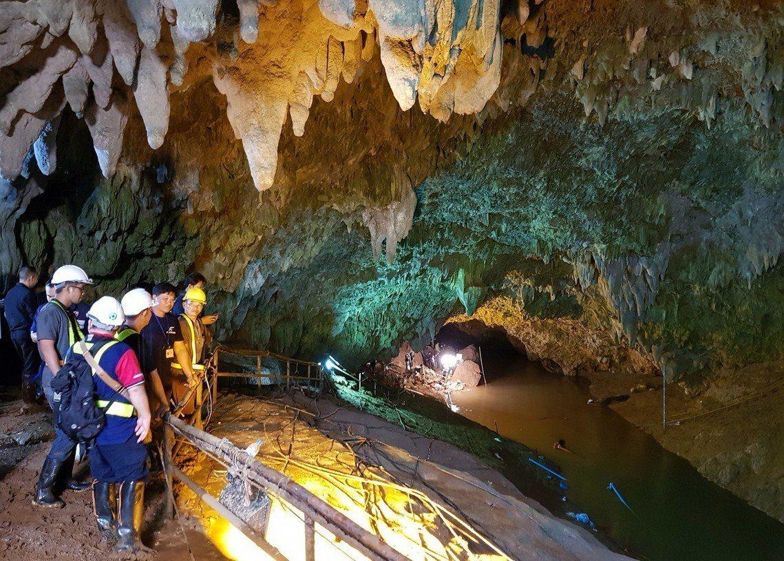 洞窟內構造複雜,探索難度高。目前搜救團準備直接派遣醫生入內支援,讓少年團待機恢復...