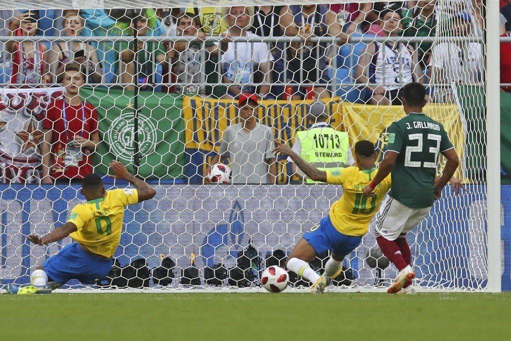 菲爾米諾終場前攻入第2顆進球,幾乎宣判墨西哥死刑。 美聯社