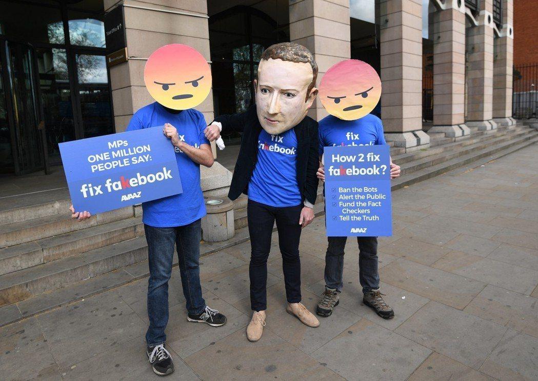 倡議團體Avaaz戴上臉書「憤怒」面具,要求臉書處理假賬號及隱私權問題。攝於今年...