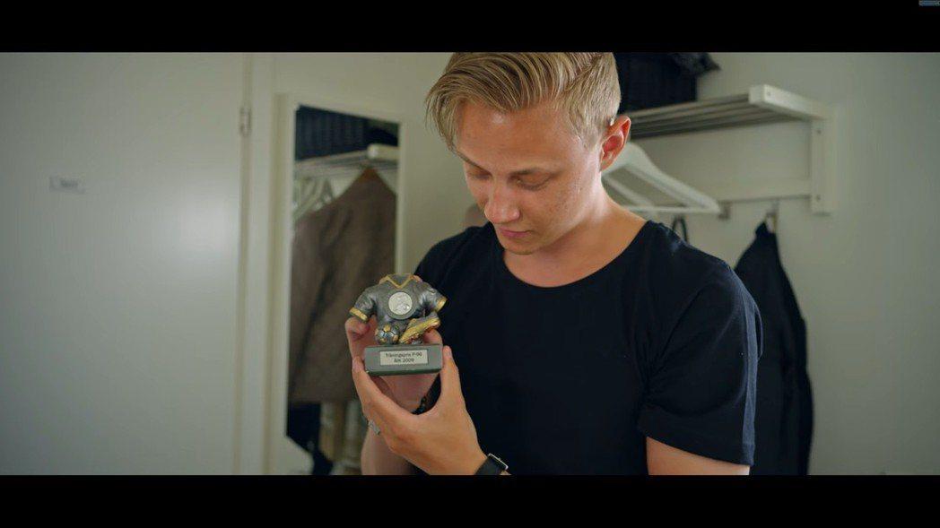 Rekkles展示踢足球時穫得的獎杯。