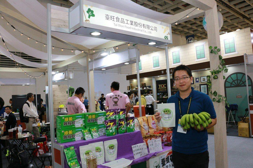 臺旺食品發言人陳韋志在展覽會場接受媒體訪問介紹產品特點。 簡銘佑 / 攝影