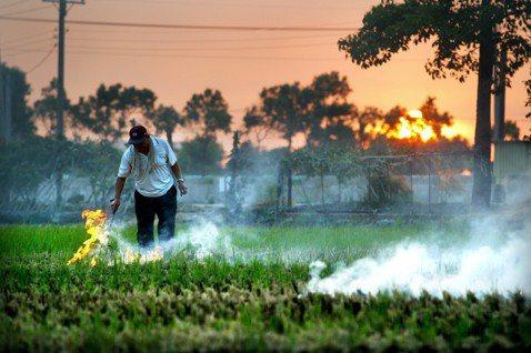 在本次空污法修法中,採微罪輕罰精神,雖然稻草燃燒產生的煙霧會影響空氣品質及附近居...