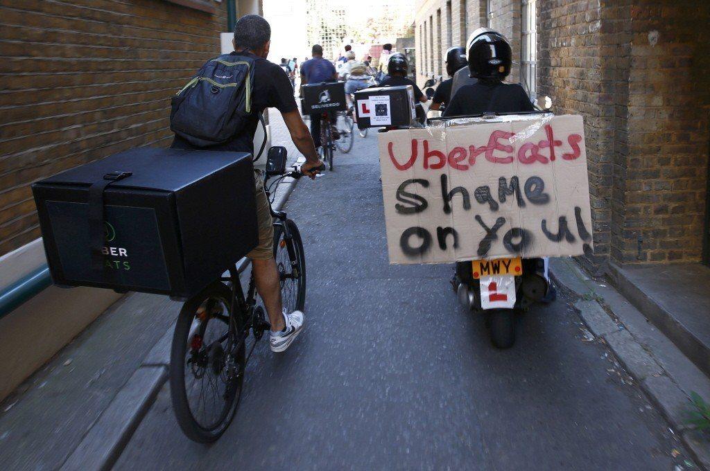 倫敦UberEats外送員上街抗議薪資過低與未提供零工保險。 圖/路透社