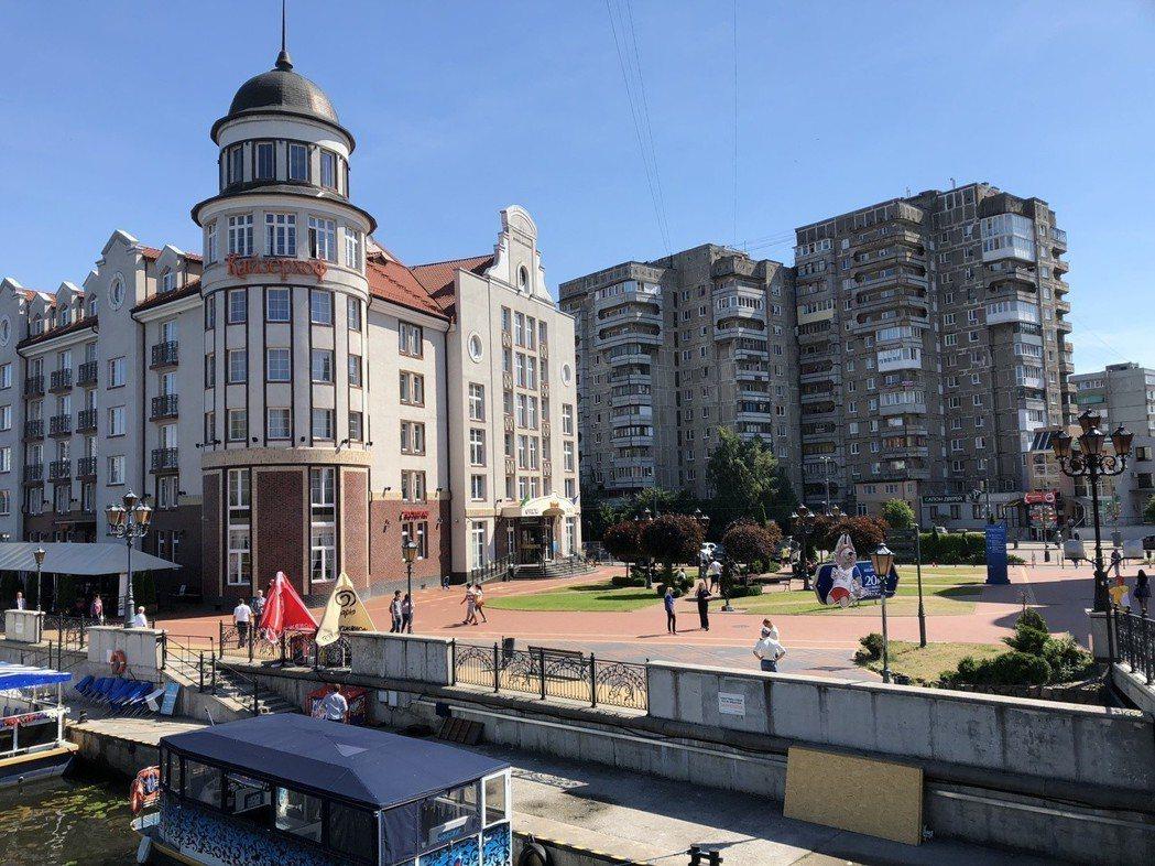 右為翻新前的蘇聯式公寓建築物,左為翻新後的「歐風」建築物。 圖/關之恆攝影