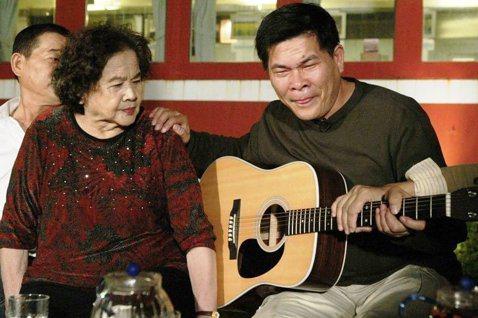 澎恰恰年輕時就離開嘉義老家,到台北打拚,與母親(左)聚少離多。圖/報系資料照。