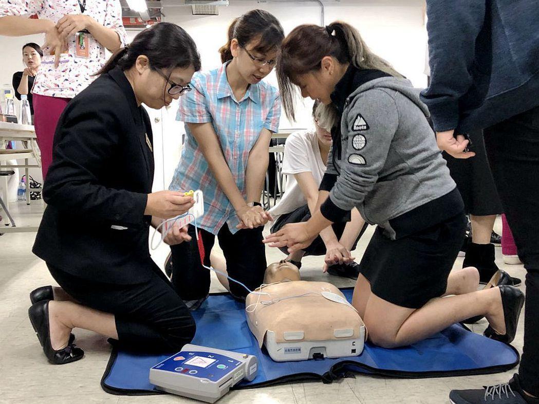 購物中心員工經過職能訓練後,可獲得衛生所贈予的學習護照。 業者/提供