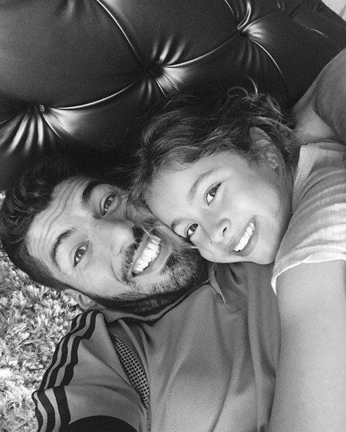蘇亞雷斯在IG與女兒親密互動。 擷圖自蘇亞雷斯IG