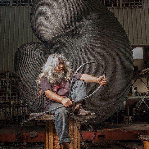 藝術家康木祥把廢棄電纜透過創作,讓人更了解重生及環保的意義。    圖/翻攝自康...