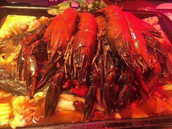 水貨中和店的烤蝦每隻烤魚將近十隻,每一隻更重達2兩,用十三香入味相當可口。  水...