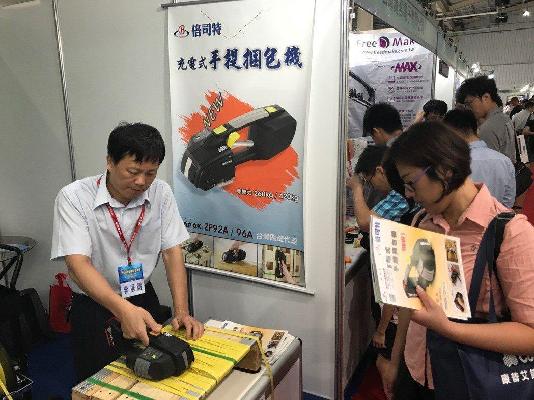 倍司特所推出的充電手持式捆包機,不僅適用於一般紙箱、棧板、鐵材、木材、石材、重型...