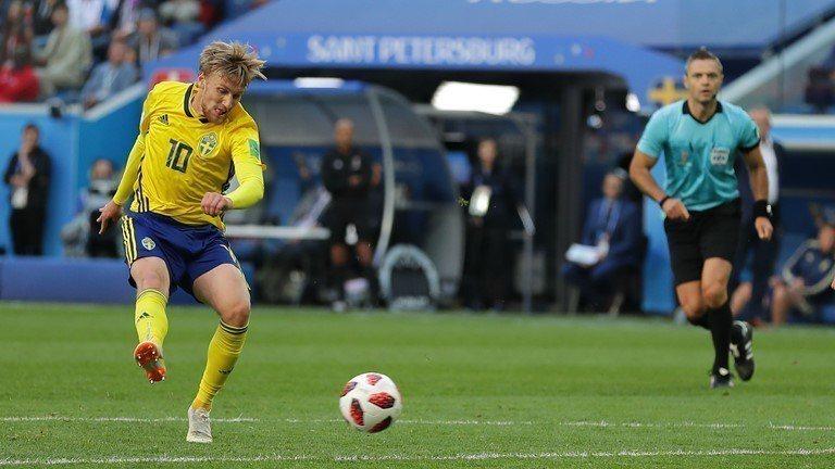佛斯貝治(左)勁射,觸對方腳改變方向進球。 擷圖自FIFA官網