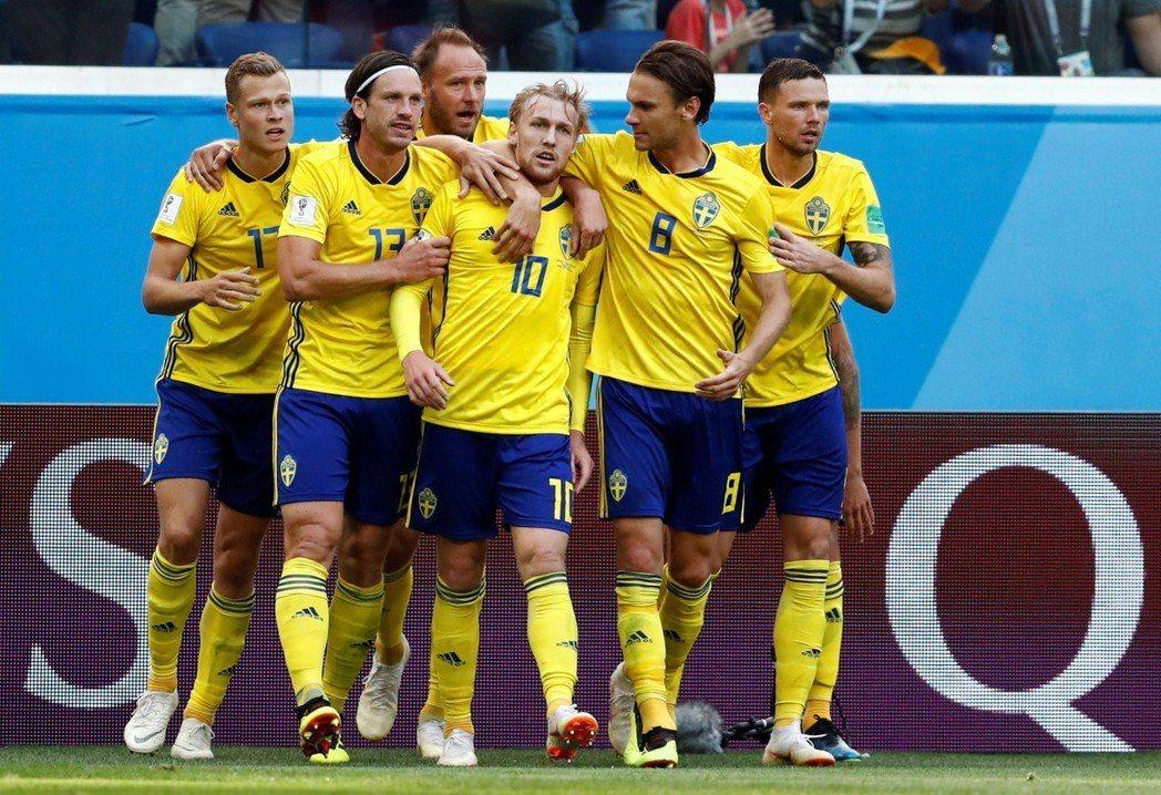 佛斯貝治(10號)幸運進球,瑞典淘汰瑞士。 路透