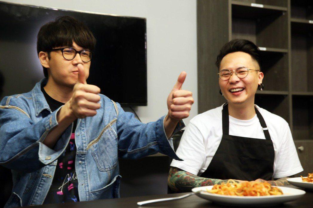 蕭秉治(廷廷)彈得一手好琴,一雙靈巧的手也擅於烹飪,日前他到「噓!星聞」上演「蕭...