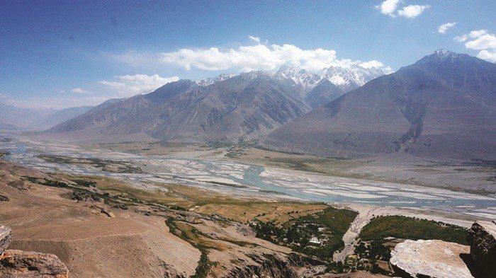 從廢棄的Yamchun城堡上看瓦罕走廊,河谷另一端就是阿富汗。