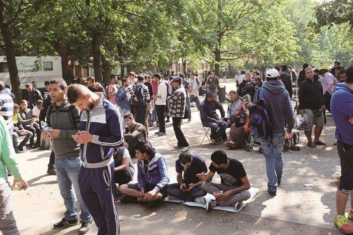 來自中東和北非的難民湧入境內,讓德國許多城市應接不暇,圖為2015年9 月柏林的...