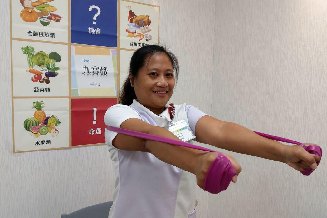 台新醫院糖尿病個管師蘇語騰示範,強化版的背肌低阻抗運動,雙手由後外擴,手臂與肩呈...