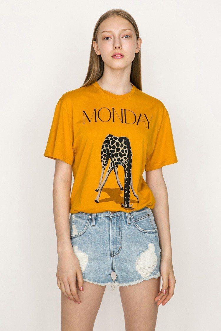 黃色圖案T恤,售價1,280元。圖/JENDES提供