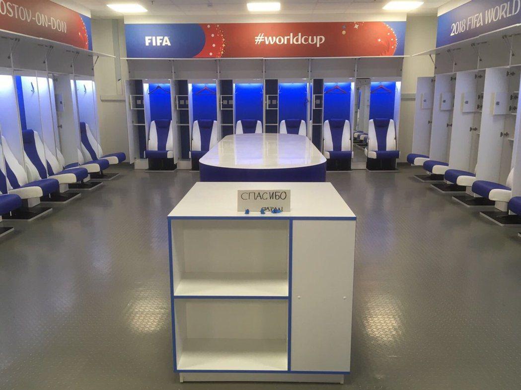 國際足總總監楊森斯拍下了日本隊輸球離開球場後將休息室打掃乾淨的照片。圖/取自Pr...